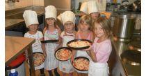 Pizza backen mit feinen Zutaten vom Bauernhof