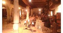 Dégustation de saucisses au marc dans la Cave de Berne
