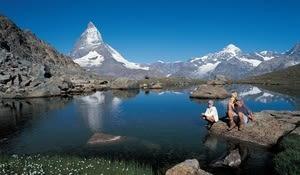 Zermatt (1616 m), autofreier Ferienort zuoberst im Mattertal/Wallis<br>Der Riffelsee (2757 m) im Gornergrat-Gebiet, im Hintergrund das 4478 m hohe Matterhorn
