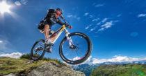 In bicicletta attraverso paesaggi pieni di colori